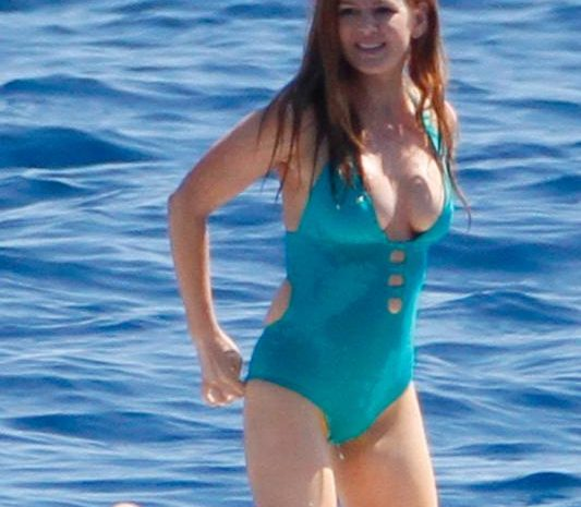 Busty Australian Actress Isla Fisher Showing Her Hot Cleavage