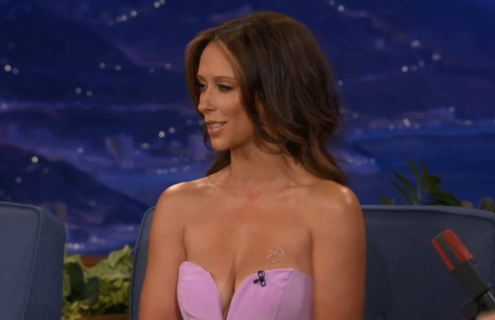 Sun-Kissed Hottie Jennifer Love Hewitt Shows Her Rack on a Talk Show