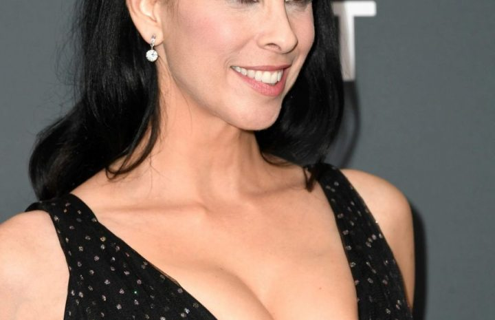 Big-Breasted MILF Sarah Silverman Flaunting Her Cleavage Once Again