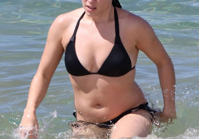 Bikini-Wearing Neve Campbell Does NOT Look Fat, So Fuck Off