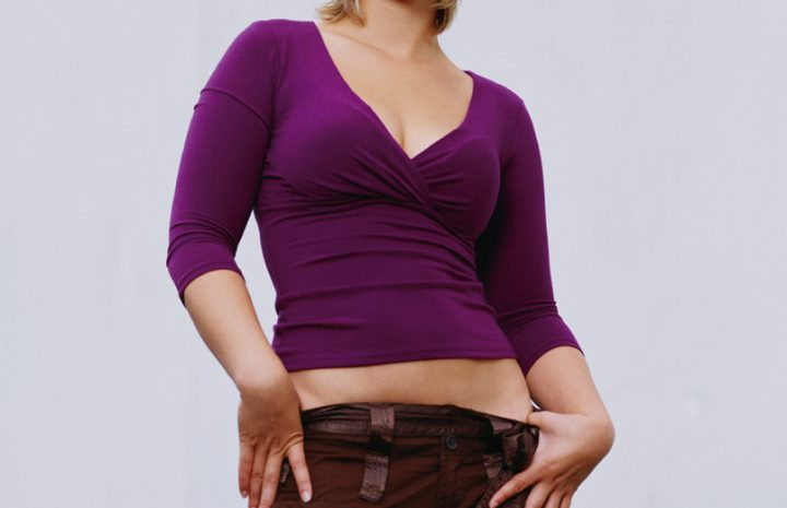 Allison Mack Displaying Her Cleavage in a Rather Tasteful Way