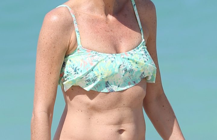 Fit MILF Minnie Driver Shows Her Abs While Roaming the Beach