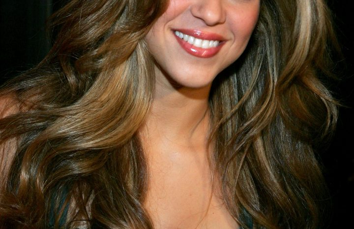 Graceful Celebrity Shakira Shows Her Bobos During a Red Carpet Event