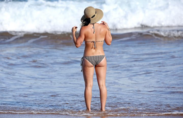 Hilary Duff Bikini Pictures – Blonde-Haired Actress Shows Her Sexy Abs in HQ